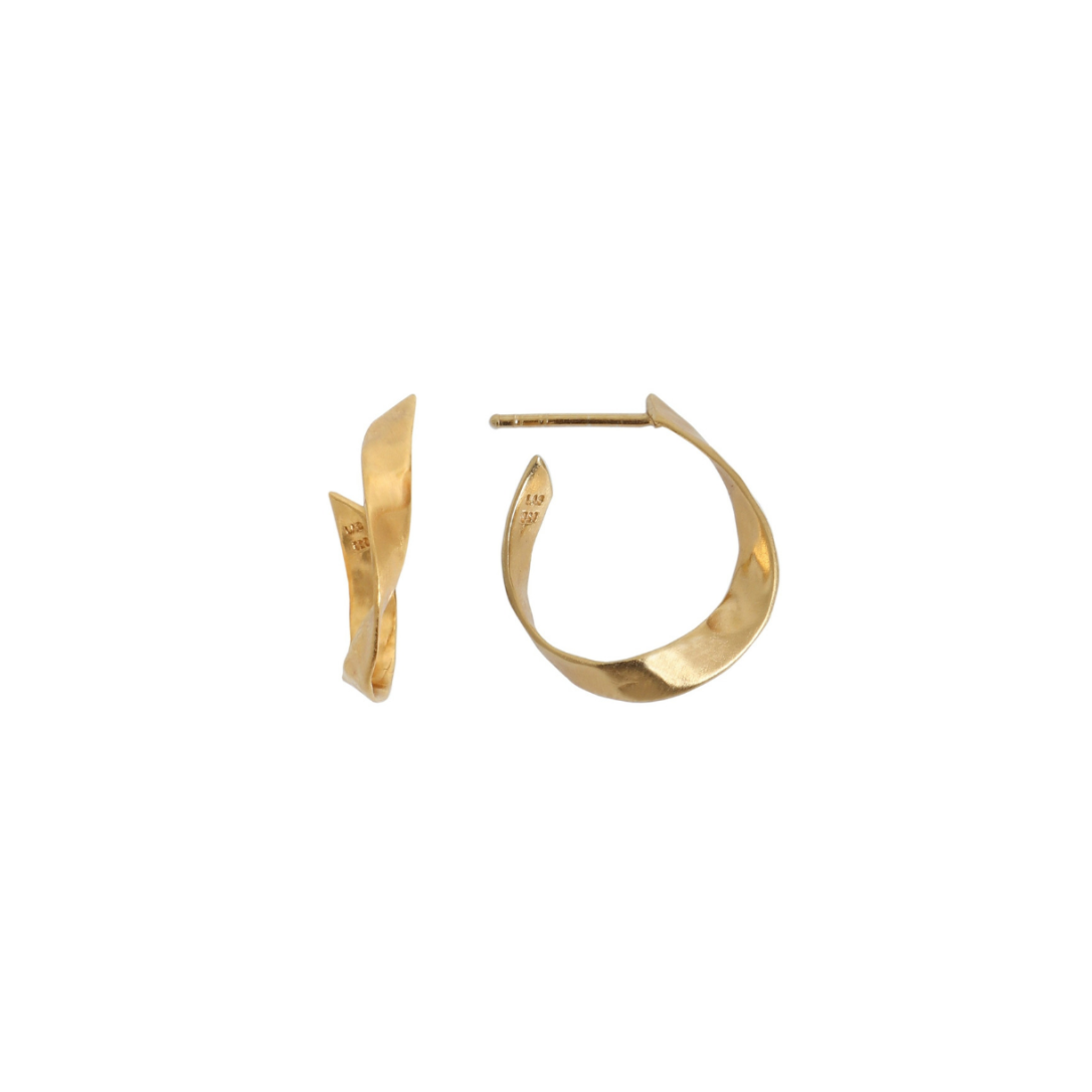 Stine-A-Twisted-Hammered-Creol-Earring-forgyldt-gold-oerering-stik-SAJ.w1220.h1220.backdrop